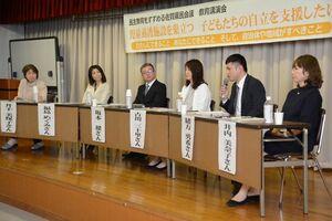 親元で暮らせない子どもたちの現状や支援策を語る講演会=佐賀市の県教育会館