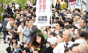 自民党総裁選の街頭演説に集まった大勢の聴衆=佐賀市のJR佐賀駅南口交差点付近
