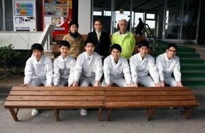 テニスコート用のベンチを寄贈した佐賀工高建築デザイン部の生徒たち(前列)=県総合運動場