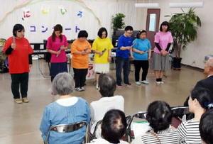 トーンチャイムでこいのぼりを演奏する「にじいろラボ」のメンバー=鹿島市高津原の「にじいろラボ」