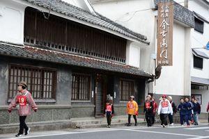窯元や焼き物店が並ぶ通りを歩く参加者=有田町赤絵町