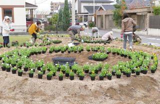 <つながるさがし>藤木公園で春の花植え