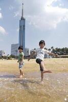 福岡市の海浜公園で水遊びする子どもたち=30日午後