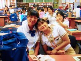 韓国の麗水情報科学高の生徒(右)と交流を深める唐津商の生徒(提供)