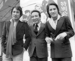 写真に納まる(左から)田村亮さん、田村高広さん、田村正和さんの3兄弟=1978年1月、東京都内