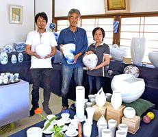 浦郷さん親子3人のそれぞれの個性あふれる作品が並ぶ秋の窯場展=武雄市武内町の壮明窯