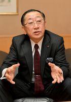インタビューに答えるJR九州の青柳俊彦社長=福岡市のJR九州本社