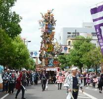 栄の国まつりで登場した全長8㍍の山車。桃太郎などの三太郎、加藤清正の虎退治を飾り付け、沿道から歓声が上がった=佐賀市の中央大通り
