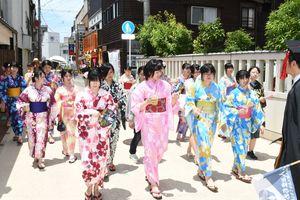 浴衣姿で柳町周辺を歩く佐賀女子短期大生=佐賀市の柳町周辺