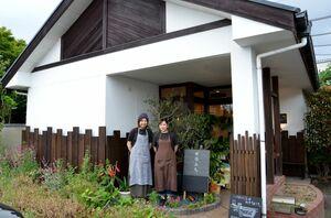 姉の酒本史さん(左)と妹のちはるさん。史さんがスパイスカレーを、ちはるさんがお菓子を担当