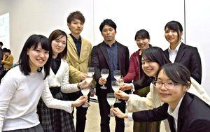 造りに関わった農学部の学生たち=佐賀市本庄町の佐賀大学美術館