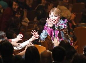 地元公演で客席に降りてファンの歓声に応える朝夏まなとさん=佐賀市文化会館