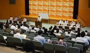 佐賀市長選に7陣営、市議選に44陣営が出席した立候補予定者説明会=佐賀市のメートプラザ佐賀