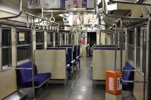 JR九州のダイヤ改正で削減対象となっている筑肥線唐津発伊万里行きの最終列車内。利用者によると「いつもがらんとしている」