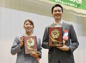 優秀賞を受賞した田中孝一郎さん(右)と高橋明果さん=吉野ヶ里町のきらら館