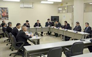 議員定数を30から28の「2削減」で同意した唐津市の議会制度検討委員会=唐津市役所