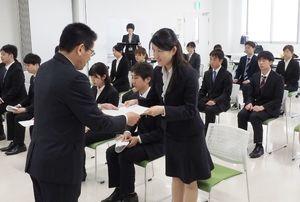 委嘱状を受け取る大学生=佐賀市松原の市青少年センター