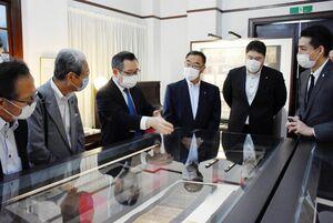 鍋島家の名宝が一堂に集う企画展を観覧する顕彰会メンバー=佐賀市の徴古館