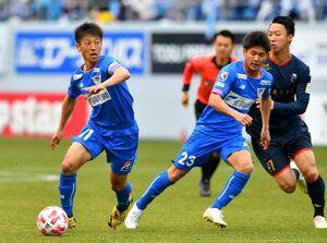 佐賀で高校時代を過ごし、サガン鳥栖のトップチームで活躍するMF松岡大起選手(左)=鳥栖市の駅前不動産スタジアム