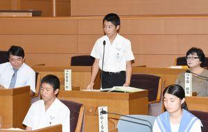 執行部側から提案された議案について質問する議員役の生徒=基山町議会
