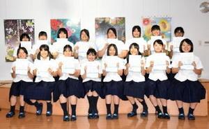 イラストレータークリエイター能力認定試験に受験者16人全員が合格した佐賀女子高校の生徒たち=佐賀市本庄町の同校