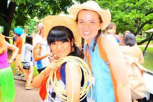 ホームステイ先で生活を共にした古川智月さんと米国のルームメイト=米国・プリンストン大学