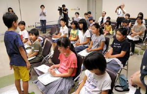 結団式で自己紹介する子ども団員=5日、唐津市民会館