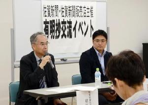 「コラムにはその人の地金が出る」と語る横尾章論説委員長(左)と古賀史生論説委員=鹿島市民交流プラザ「かたらい」