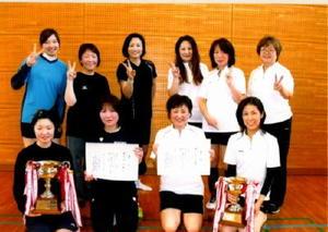 ミニバレーボール 循誘校区ミニバレーボール大会で優勝した材木チーム(左)と2位の高木チーム