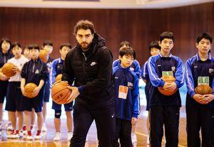 「夢の教室」でトップ選手の指導を受けた生徒たち=鹿島市の西部中(提供写真)