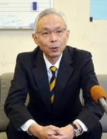 唐津市長選への出馬会見で、人口減少対策などに取り組む考えを示す前副市長の岡本憲幸氏=唐津市役所