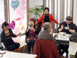食事や歌の披露などで楽しい時間を過ごした「お雛祭りの会 in RDD」=佐賀市鍋島町の難病サポートあゆむ