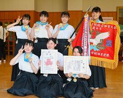弓道女子団体で優勝し、笑顔を見せる唐津東Aの選手たち=佐賀市のSAGAサンライズパーク総合体育館弓道場