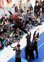男子新体操のアクロバティックな技を披露するVIVO=佐賀市のモラージュ佐賀