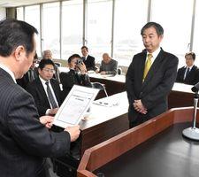 高齢者見守りネットワークの登録証を受けるコープさが生協の喜多理事長(右)=伊万里市役所