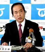 定例記者会見で唐津市との連携への期待を語った塚部芳和市長=伊万里市役所