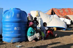 エチオピアの紛争を逃れ、スーダンの村で食料支援を待つ人々=17日(ロイター=共同)