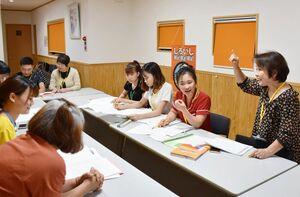 日本語教室で日本語を学ぶ町内外の技能実習生ら。日本語教育の現場はボランティア頼みになっているのが現状だ=杵島郡白石町(写真と本文は関係ありません)