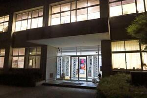 新型コロナの感染者が多数出た生徒らが通う立正大淞南高=10日午前0時1分、松江市