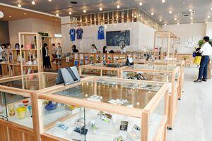 県内の観光案内や県産品の展示・販売をする「SAGA MADO」=佐賀市駅前中央のコムボックス佐賀駅前