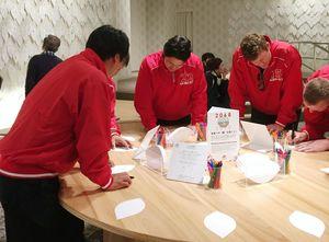 来場した感想を書くダイワアクトの選手たち=佐賀市の幕末維新記念館