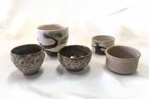 深海宗伝の顕彰事業のために武雄の窯元が製作した記念杯。象嵌などの技法が施されているた