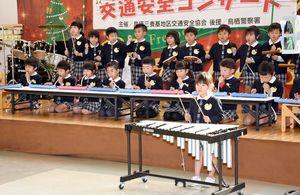 鍵盤ハーモニカなどで「ミッキーマウスマーチ」を合奏するあいあい保育園の年長児=鳥栖市のフレスポ鳥栖