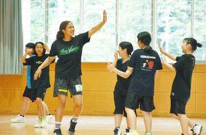シュートを決め、正木優子選手と喜ぶ生徒たち=玄海町の玄海みらい学園