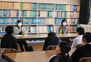 生徒たちにがんの体験を話す進藤和美さん(左)と宮地智寿子さん=佐賀市の県立盲学校