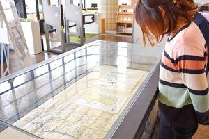 佐賀大学附属図書館が所蔵する、幕末佐賀の関連資料を並べた展示「佐賀(佐嘉)を知る!」=佐賀市の同図書館