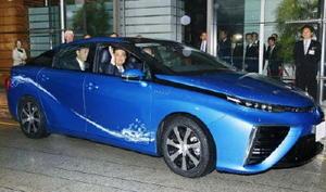 トヨタの燃料電池車「MIRAI」に試乗する安倍首相=2015年1月、首相官邸