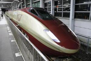 改良車両による検証走行試験が始まり、新幹線ホームに入ったフリーゲージトレイン=3日午後11時20分ごろ、熊本県八代市の新八代駅