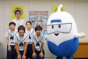九州電力のマスコットキャラクター「みらいくん」と記念撮影=佐賀市の九州電力佐賀支社