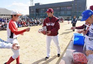野球教室の抽選会で、楽天古川投手から参加者に手渡されるハタケヤマのグラブ=神埼中央公園